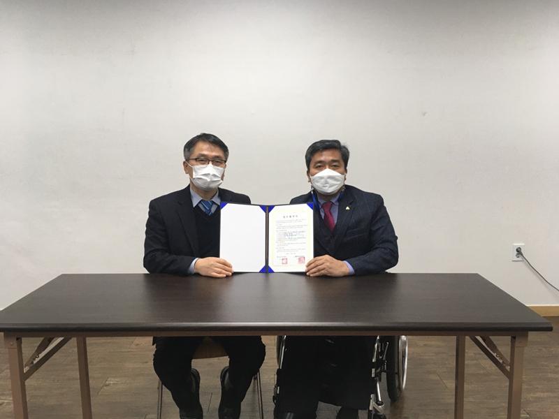 ▲ 국민연금공단과 성남시보호작업장 업무협약을 맺고 있다